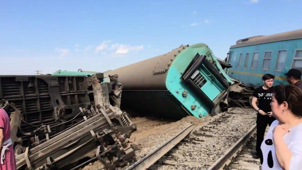 Підліток загинув під час аварії пасажирського поїзда в Казахстані: перші кадри з місця