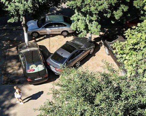 Кияни в шоці, як мажор паркує свої дорогі авто на газоні
