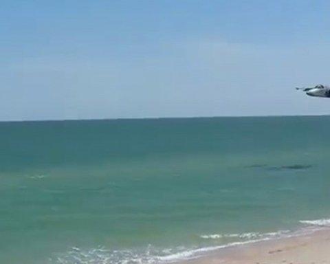 Український штурмовик Су-25 пронісся над пляжем в Азовській акваторії (відео)