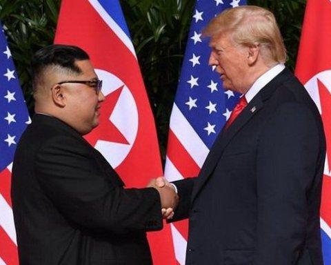 Появилось видео исторического рукопожатия лидеров США и КНДР