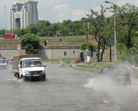 Дорогу біля метро Видубичі в Києві затопило зливою