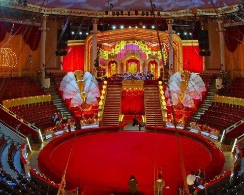 Страус накинувся на глядачів у російському цирку: як це було