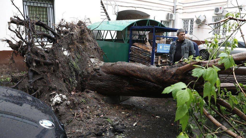 Стена воды затопила Москву: кадры бушующей стихии