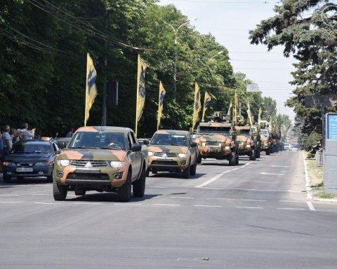 Прифронтовий Маріуполь вивів на парад військову техніку до Дня визволення