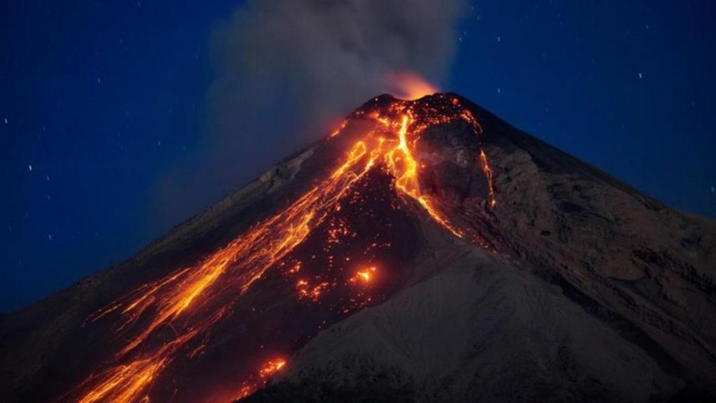 В Мексике произошло мощное извержение опасного вулкана: захватывающий момент попал на видео