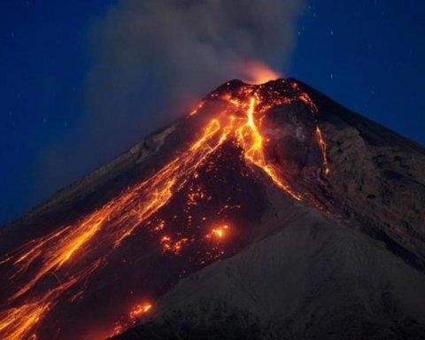 У Мексиці сталося потужне виверження небезпечного вулкана: захоплюючий момент потрапив на відео