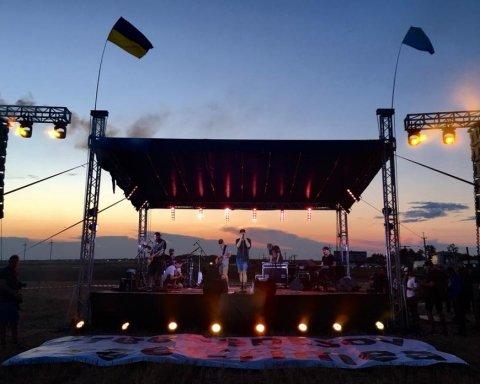 """Під носом у Путіна: як """"Бумбокс"""" відіграли концерт на кордоні з окупованим Кримом"""