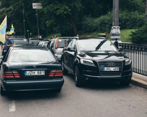 """Водії """"євроблях"""" запалили фаєри в центрі Києва"""