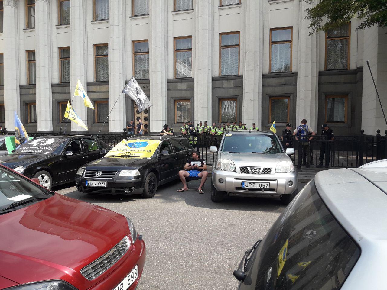 Бунт «евробляхеров», день третий: парламентарии пошли на встречу и приняли законопроект