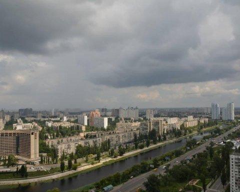 Київ накрила грозова хмара: з'явилися кадри негоди