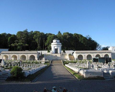 Польские вандалы надругались над Кладбищем защитников Львова