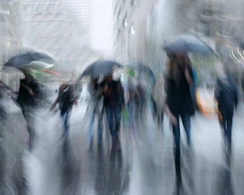 Українців попередили про шквальні вітри та град
