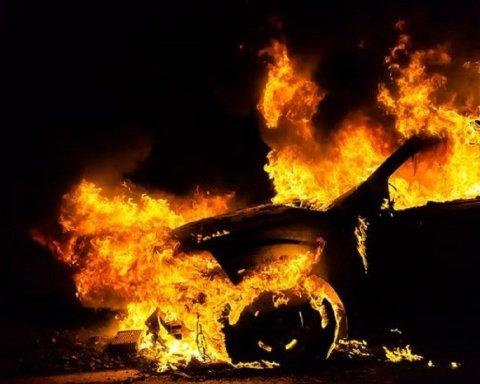 Пытаются оказать давление: в Ужгороде сожгли авто военнослужащего