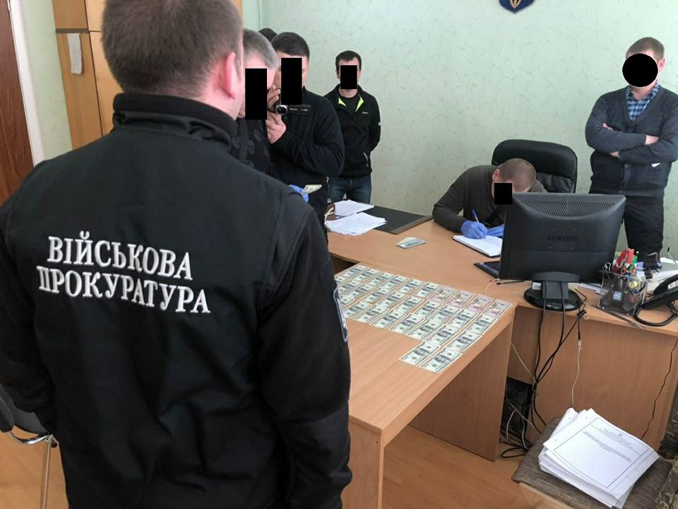 Військового прокурора намагалися підкупити хабаром в п'ять тисяч доларів