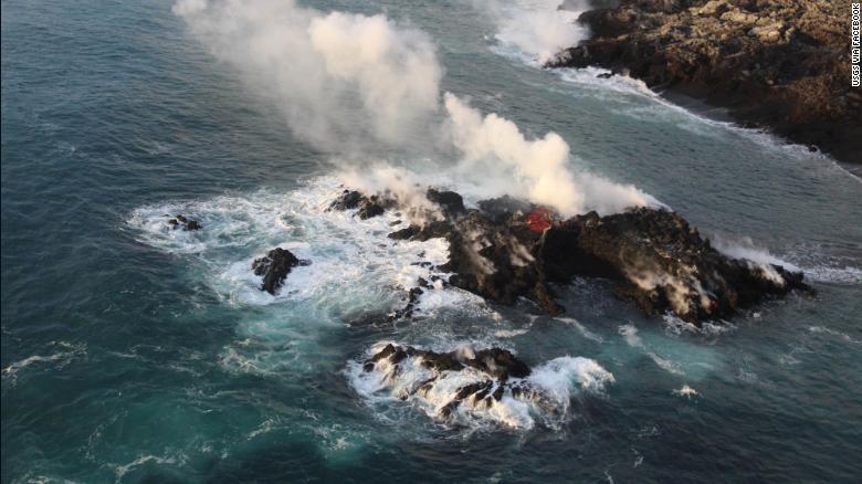Из-за извержения вулкана в океане появился новый остров