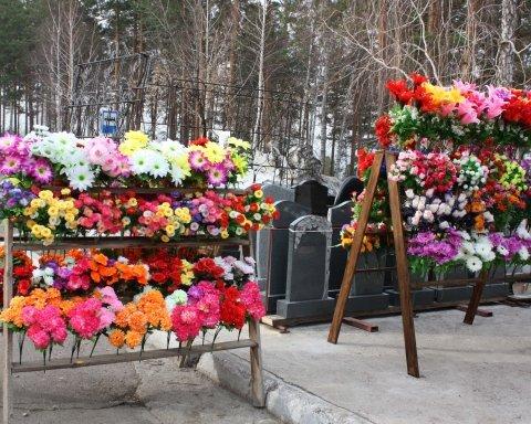 Люди змушені ризикувати життям, щоб потрапити на кладовище