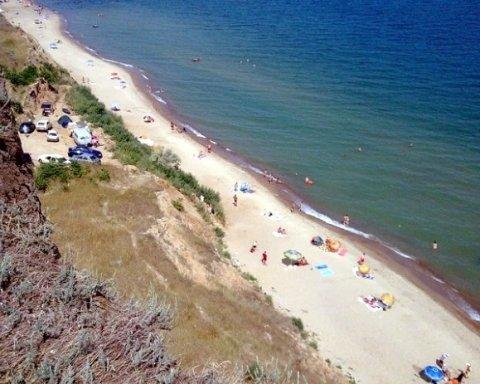Украинский курорт страдает от фекалий в воде: прорвало канализацию