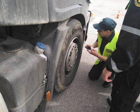 Инспектора «Укртрансбезопасности» сбила фура и «прокатила» на капоте