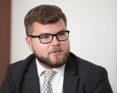 Керівник «Укрзалізниці» спробував залагодити скандал з російськими значками