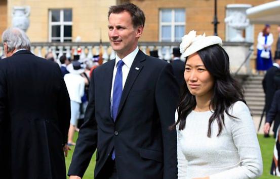 На глазах у тысяч: британский чиновник перепутал свою жену