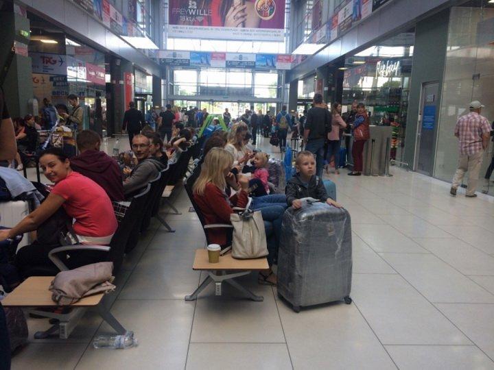 Ждут уже сутки: в столичном аэропорту снова застряли сотни туристов