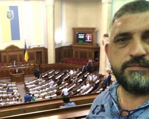 """Водії """"євроблях"""" заблокували вихід з Ради"""