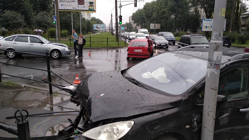 Пішоходів врятувало диво: у Тернополі водії влаштували масштабну ДТП