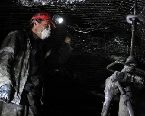 В Луганской области около 100 шахтеров остались под землей