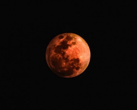 Украинцы наблюдают за редким лунным затмением