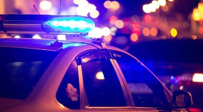 Поліція подає до суду через дірку на дорозі, через яку розбилося патрульне авто