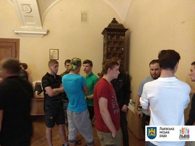 Нацкорпус выломал дверь львовского горсовета