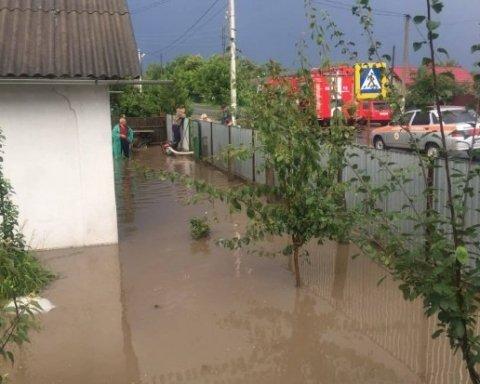Хмельниччина перетворилася на велику річку через потужну зливу
