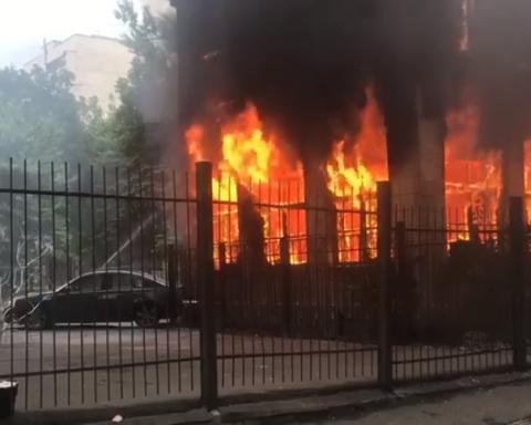 В Киеве горит здание
