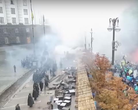Протестующие владельцы «евроблях» кидаются файерами
