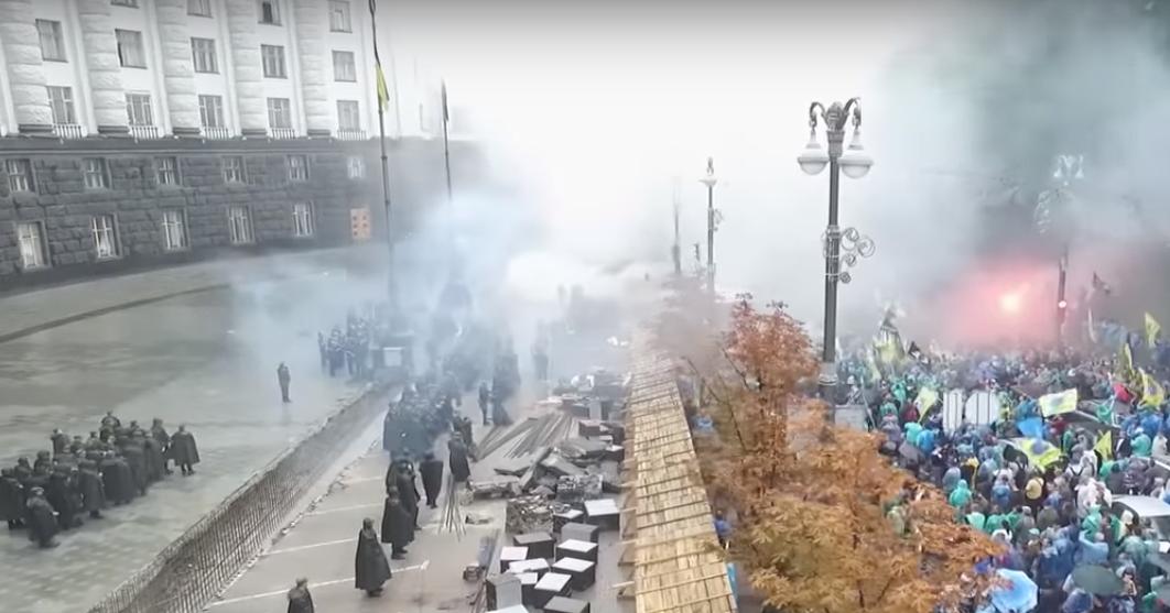 """Протестувальники – власники """"євроблях"""" кидаються фаєрами"""