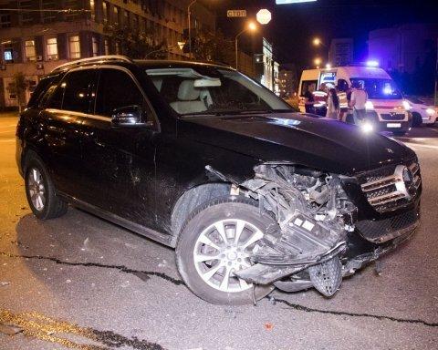В Киеве пьяница за рулем протаранил девушку на Mercedes