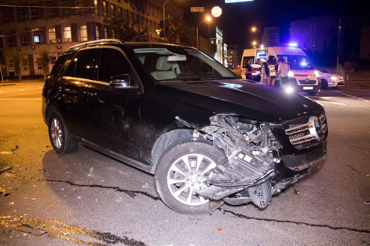 У Києві п'яниця за кермом протаранив дівчину на Mercedes