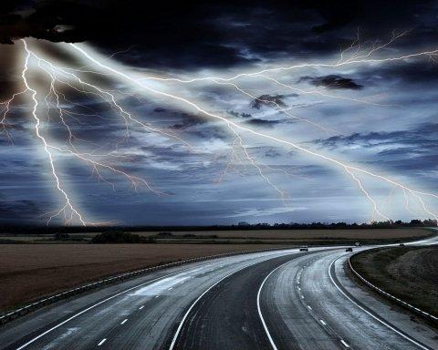 Чудесное спасение: три человека стали жертвами удара молнии