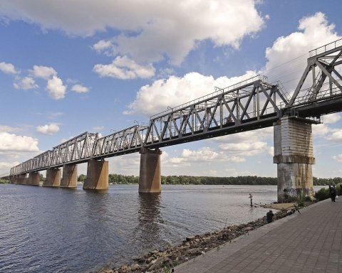 Біля Дніпра під вантажівкою розвалився міст