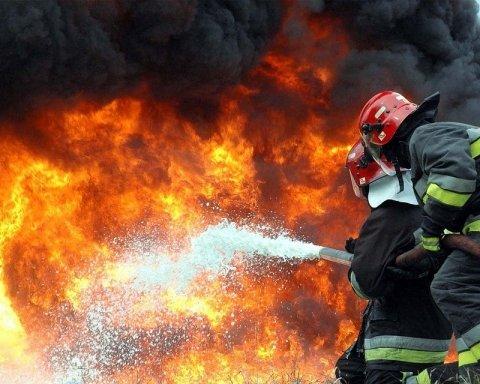В Донецьку спалахнула потужна пожежа: страшні фото і відео