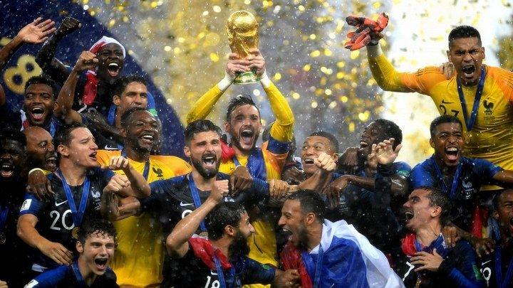 Сборная Франции триумфально вернулась в Париж