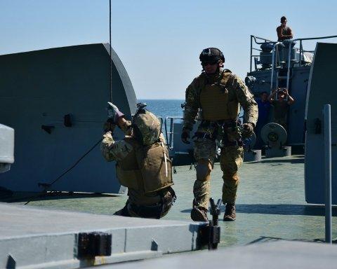 Спецназівці продемонстрували висадку з гелікоптера на судно