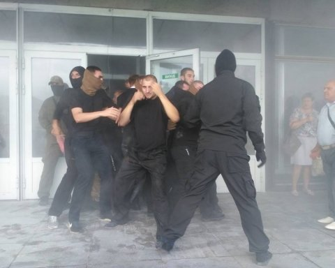 """Десятки """"тітушок"""" влаштували переполох у центрі Києва та зірвали роботу ВККС: з'явилися фото з місця"""