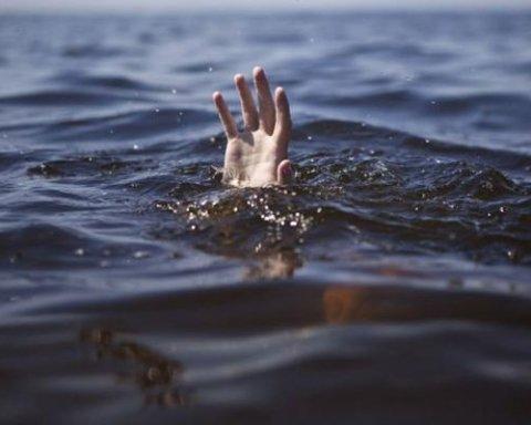 Пьяница утонул на озере в Киеве: кадры с места ЧП