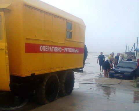 На Азовском море шторм размыл косу: отдыхающие оказались в ловушке