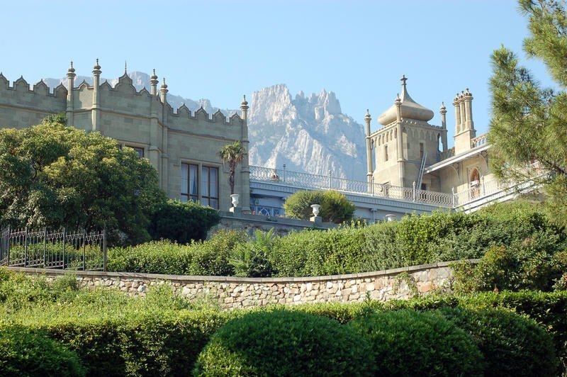 В сети появились фото заброшенного дворца в Крыму