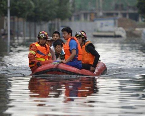 Через повені в Китаї евакуювали 100 тисяч осіб