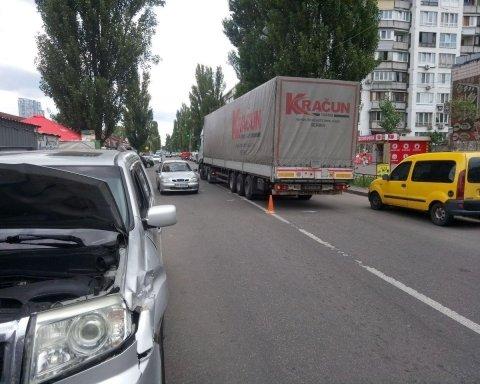 Серб-дальнобойщик устроил ДТП в Киеве: эксклюзивные фото