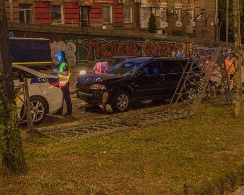 Нетрезвый водитель на «евробляхах» протаранил и снес 20 метров ограждения