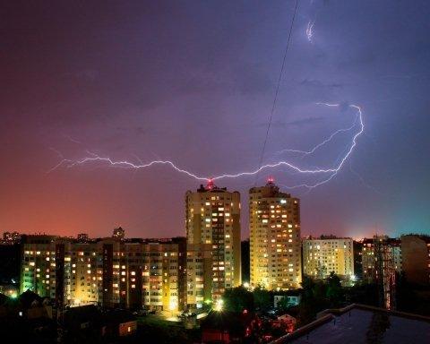 Появились кадры впечатляющих разрядов молнии над Киевом
